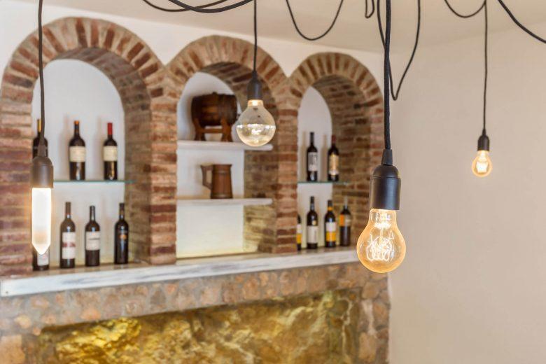 314BCN_Piscina-Sotano-Sitges-botellas-estanteria