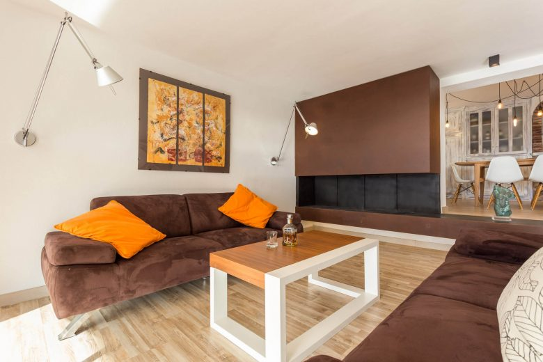 314BCN_Piscina-Sotano-Sitges-salon-marron