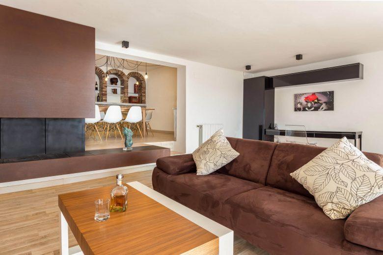314BCN_Piscina-Sotano-Sitges-salon-sofa-terciopelo