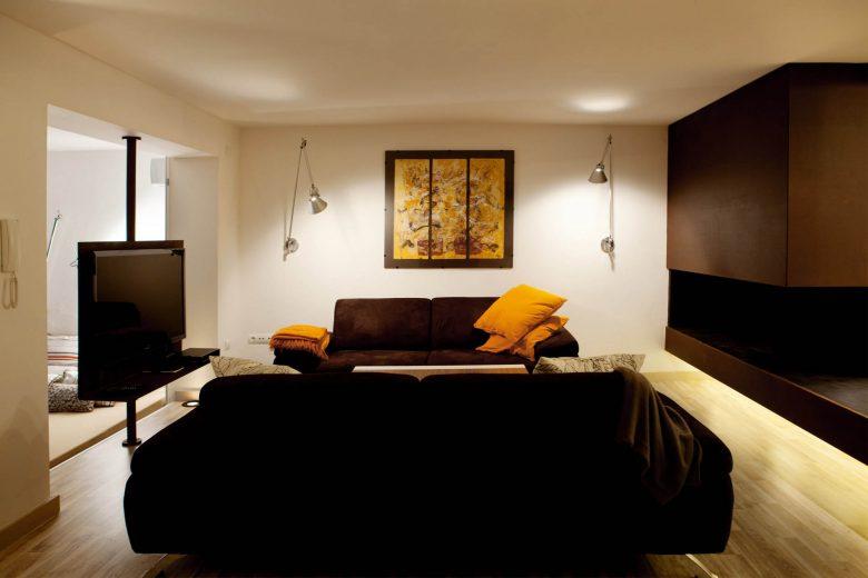 314BCN_Piscina-Sotano-Sitges-salon-tv-sofas