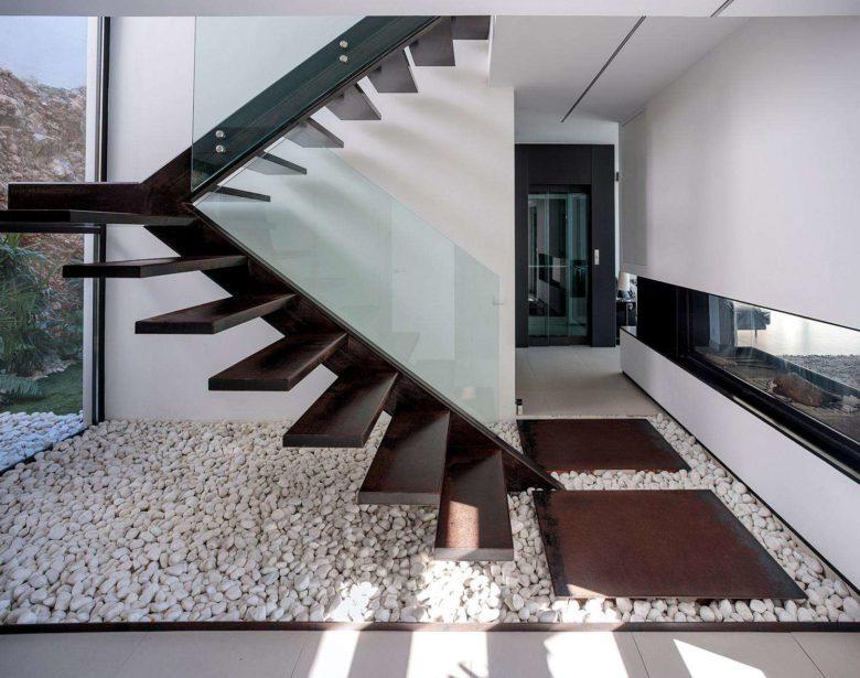 escalera escultural volada en acero